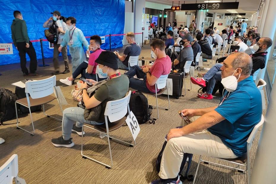 En la foto uno de los puntos seguridad por el cual atletas y periodistas pasan al llegar al Aeropuerto Internacional de Narita. A la derecha el periodista Fernando Ribas, a quien le tomó más de tres horas culminar el proceso.
