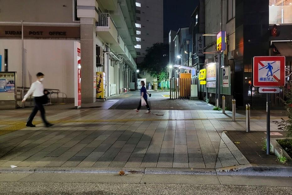 Nuestros periodistas pudieron constatar poco tránsito de peatones por una de las principales calles de Tokio a su llegada a la ciudad.