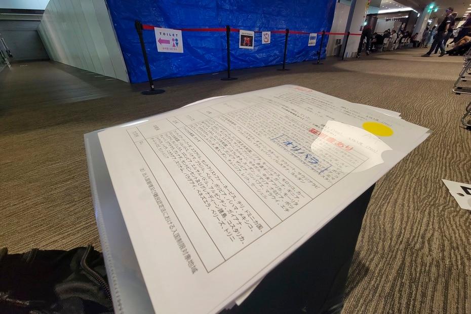 Los periodistas y atletas presentan en diferentes puntos de cotejo todos los documentos relacionados a la acreditación y su estado de saludo para poder ingresar a Tokio.