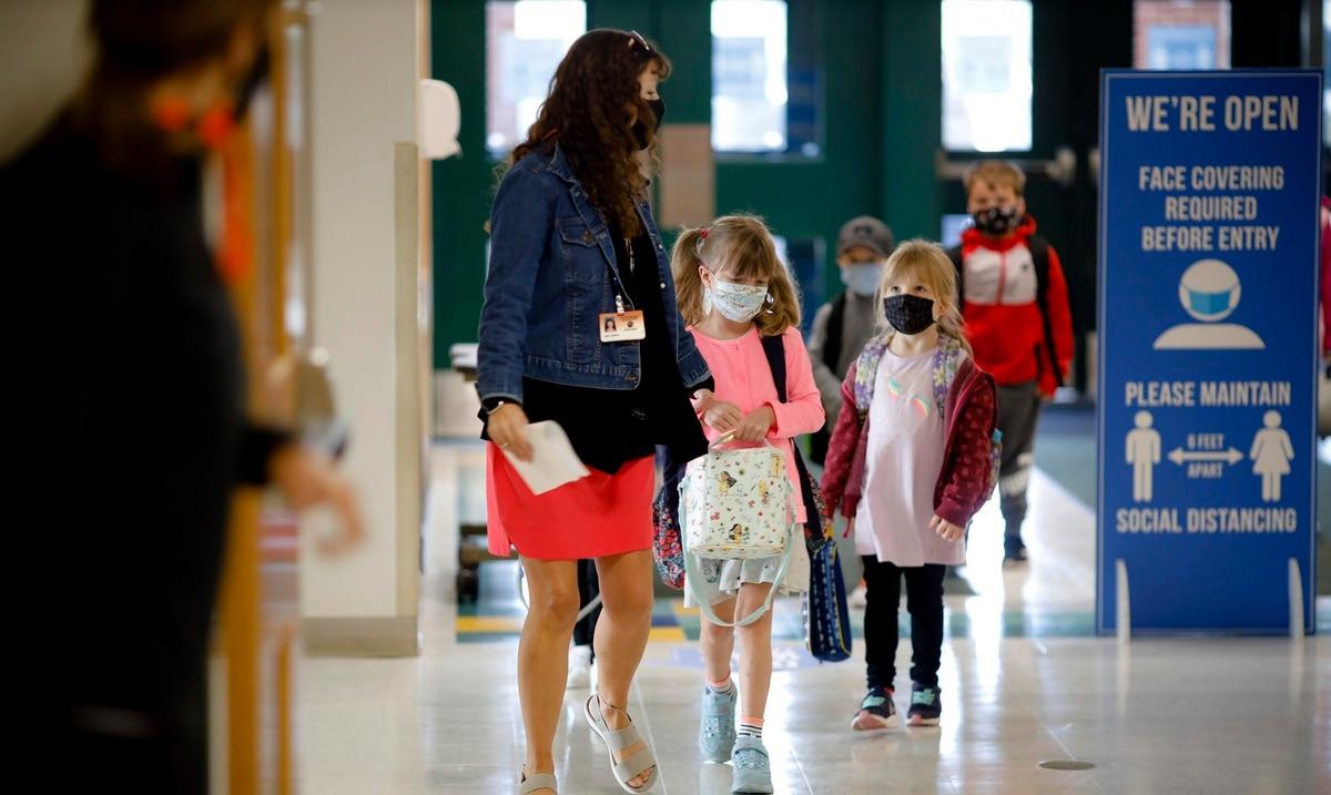 Aumentan las escuelas de Estados Unidos que detienen las clases presenciales por aumento de casos de COVID-19