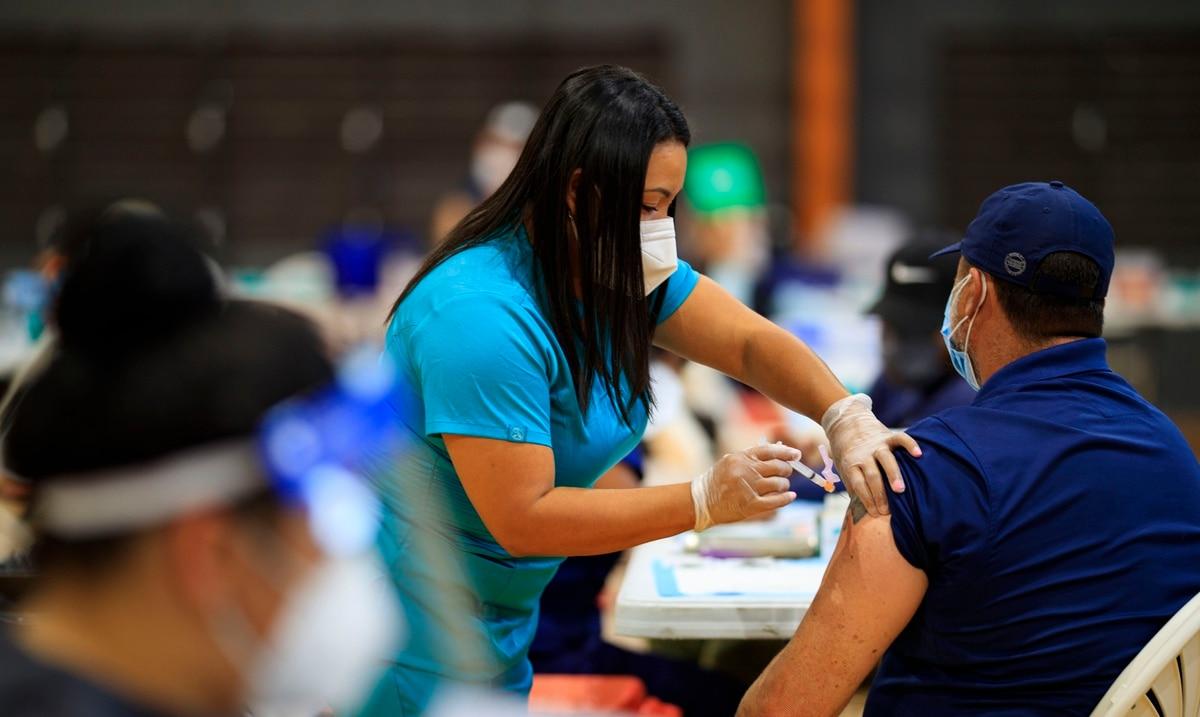 Sin vacunarse 56 de los 67 fallecidos más recientes por COVID-19 en Puerto Rico