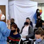 """Escasez de vacunas COVID """"pone a Colombia en un riesgo muy grande"""": expertos"""