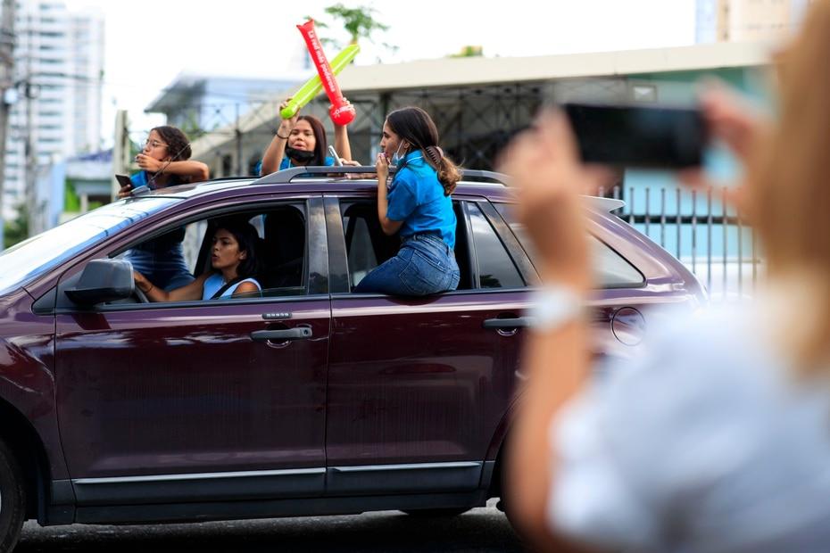 Los estudiantes de duodécimo grado de la Escuela Superior University Gardens llegaron en caravana a la escuela, como parte de la tradicional celebración por su el inicio de su último año escolar.
