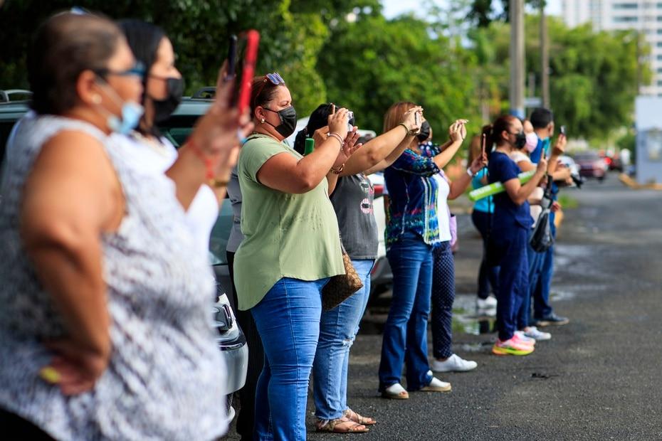 Los padres, madres y encargados lucían emocionados por la oportunidad de ver sus hijos y nietos celebrando el regreso a clases.