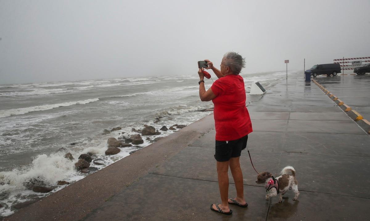 Nicholas se convierte en huracán justo en la costa de Texas