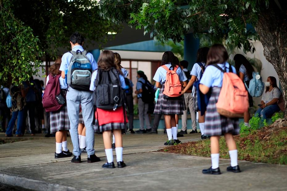 Estudiantes esperan para pasar por el proceso de cernimiento en la Escuela Superior University Gardens, en Río Piedras.