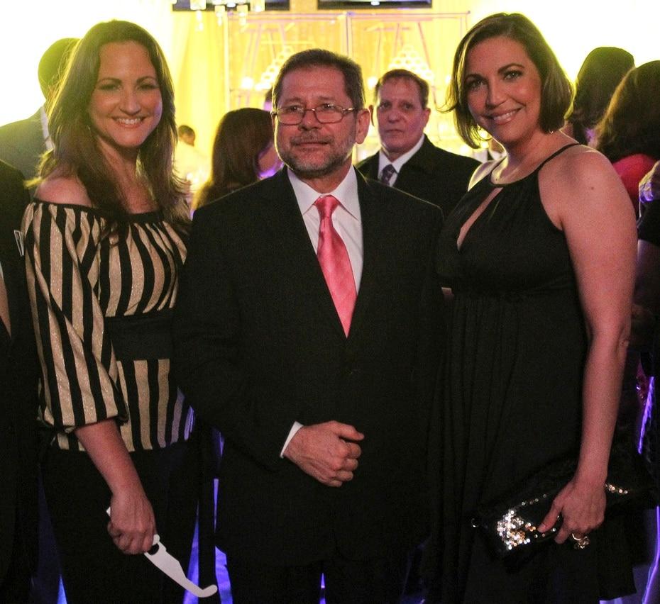 Efrén Arroyo junto a quienes fueran sus compañeras, Deborah Martorell y Celimar Adames.