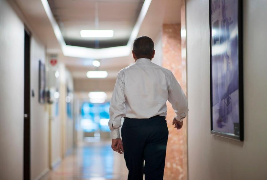 Efrén Arroyo caminando por los pasillos de Wapa Televisión.