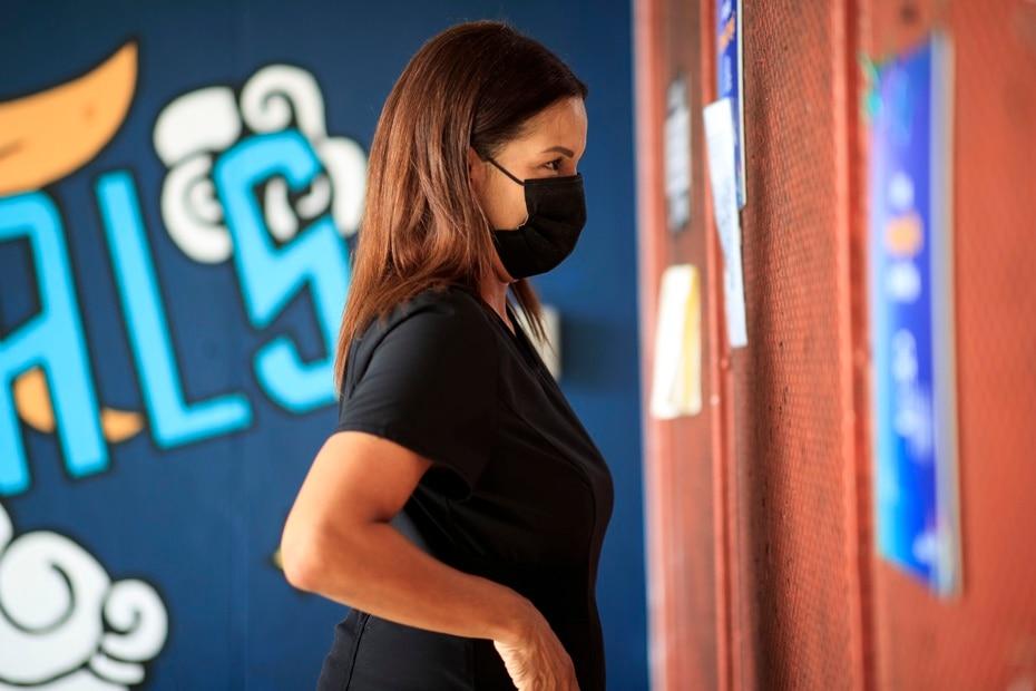 Elsa López es una profesional de la salud y madre de un estudiante de noveno grado que llegó a University Gardens por primera vez. Se mostró confiada en que los menores mantendrán los protocolos de seguridad.
