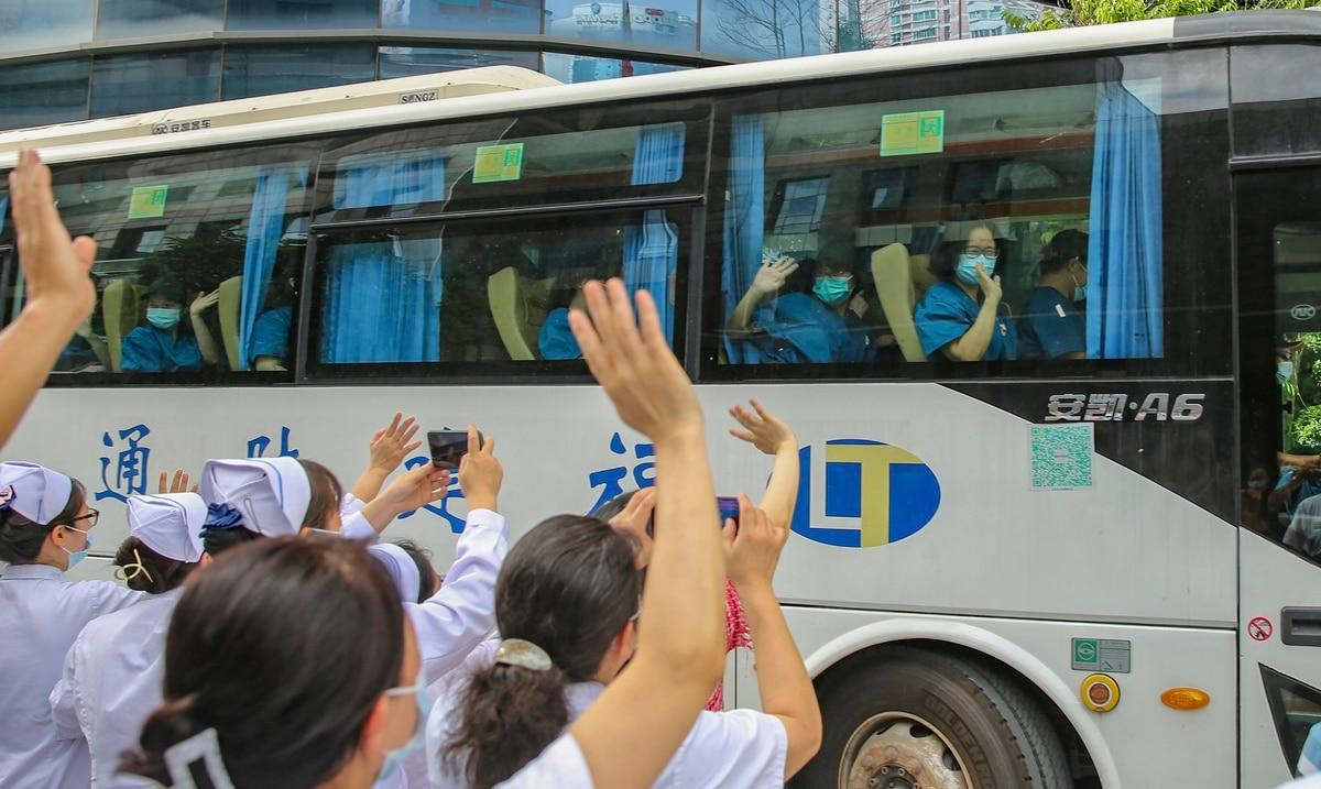 China cierra bares y limita salidas de una ciudad por brote de COVID-19