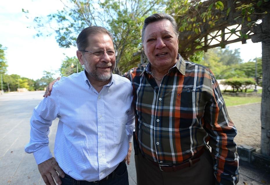 Efrén Arroyo junto a Guillermo José Torres. Ambos fueron pilares del periodismo televisivo e imagen de Noticentro, por Wapa.