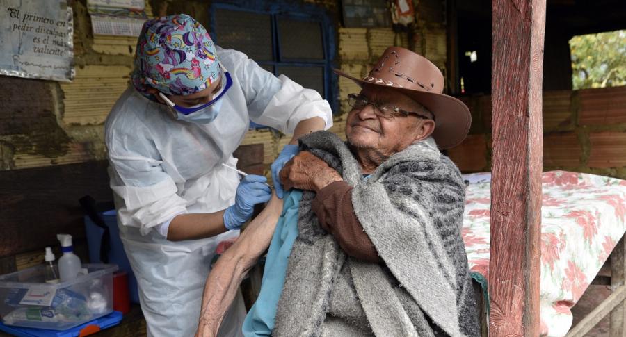 Así se comenzarían a aplicar terceras dosis a mayores de 70 años en Colombia