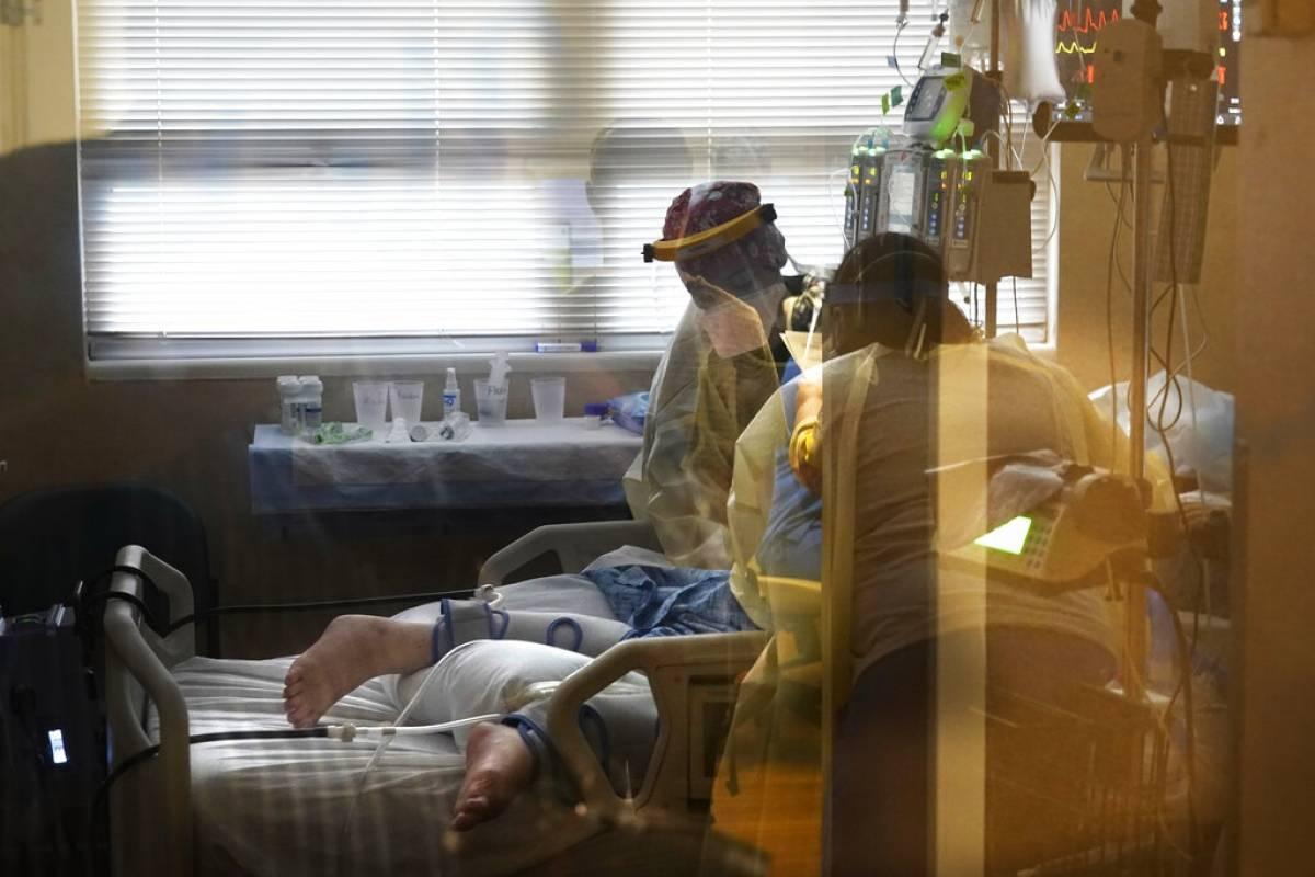 Muertes y casos de COVID-19 en EEUU alcanzan niveles no vistos desde el invierno pasado