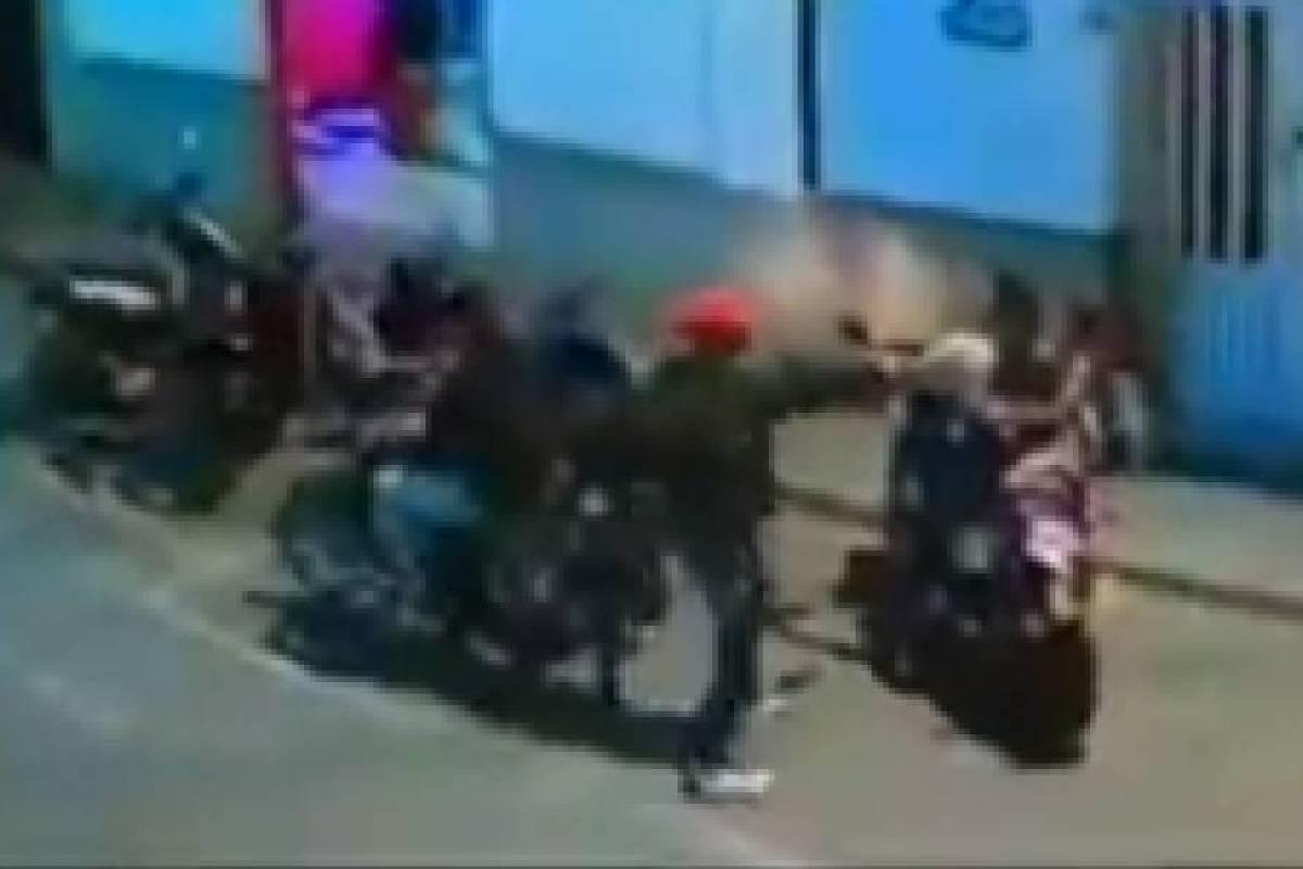 Ladrón le apuntó con el arma a una niña para robar a su mamá