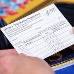 Refieren casos de empleados públicos falsificando tarjetas de vacunación contra COVID