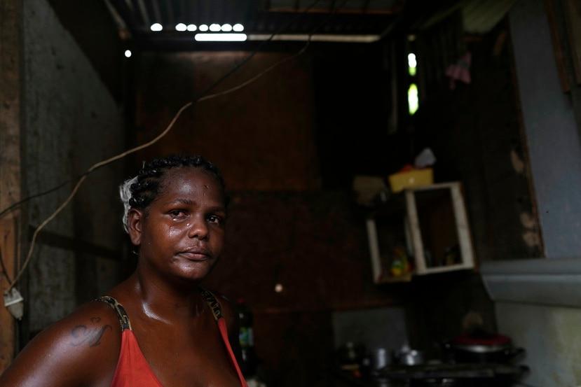 Francielle de Santana llora mientras explica que algunos días su familia no tiene qué comer, en su casa en la favela Jardim Gramacho.