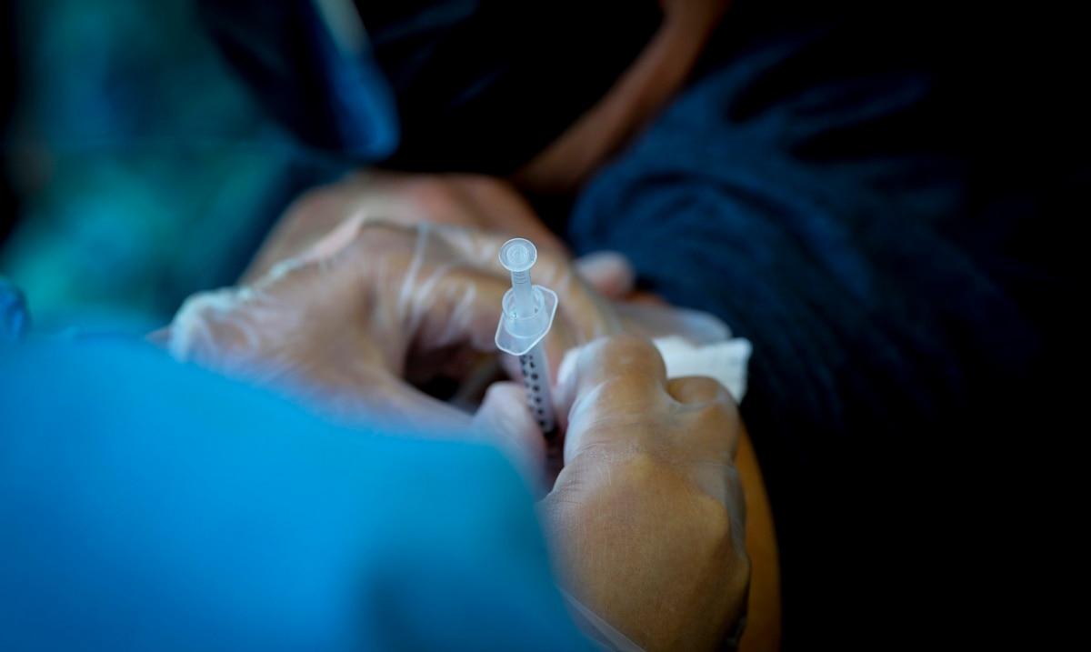 Salud ofrece incentivo de $100 a quienes se vacunen contra el COVID-19 en Coamo